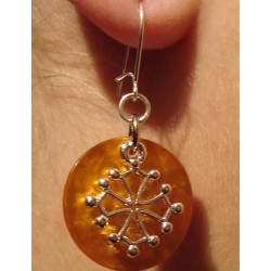 Boucles d'oreilles croix occitane (métal argenté sur nacre jaune d'or)