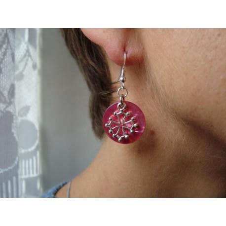 Boucles d'oreilles croix occitane (métal argenté sur nacre rose)